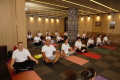 Μαθήματα γιόγκα με πολλούς συμμετέχοντες