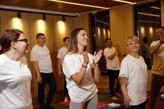 Ευτυχείς συμμετέχοντες σε μαθήματα γιόγκα