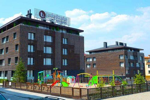 Πρόσοψη και παιδική χαρά στο Lucky Bansko SPA & Relax