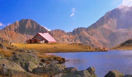 Σαλέ και πάρκα στην οροσειρά του Πιρίν
