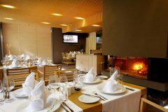 Τραπέζι και τζάκι στο εστιατόριο Le Bistro | Lucky Bansko