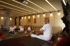 Πάρτε μια σειρά μαθημάτων γιόγκα με τον Kamal