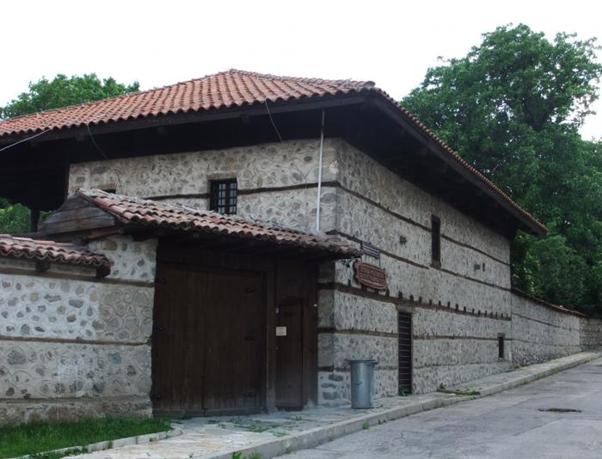 Οι κεντρικοί δρόμοι του Μπάνσκο - εμπνέουν την ιστορία και μια χαλαρή ατμόσφαιρα